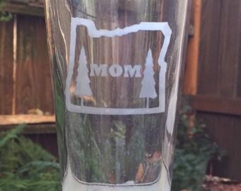 Oregon Mom Etched Pint Glass - 16 oz Pounder Glass
