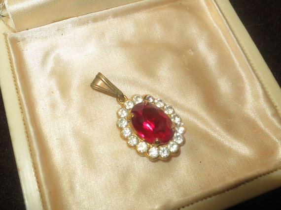 Lovely vintage 1950s goldtone ruby glass rhinestone pendant