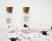 Happy graduation, go be amazing. Enhorabuena. Divertida postal de Graduación. Mensaje en una botella. Miniaturas. Regalo personalizado.