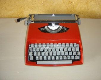 Machine à écrire mécanique rouge. Red typewriter.  Vintage.