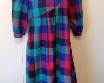 Super cute 1970's plaid casual dress, house dress, day dress.