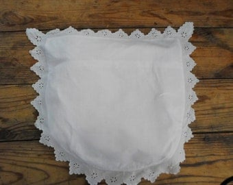 Baby bedspread trimmed with eyelet embroidery. Curved at the bottom.