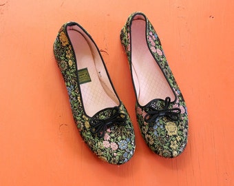womens vintage brocade slippers by Daniel Green . black and metallic brocade boudoir slippers with Asian motif . 1950s 60s slippers