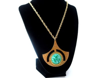 Egyptian Revial Vintage Unmarked Uniquely Shaped Hammered Texture Metal & Circular Lucite/Plastic Green Marbled Cabochon Pendant Necklace