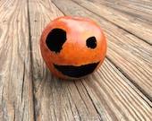 Carved petit Jack O'Lantern Gourde - citrouille d'Halloween - Jack-o-lanterne fabriqué à partir de la gourde séchée visage mignon