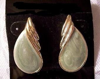Green Marbled Pearl Teardrop Pierced Post Stud Earrings Gold Tone Vintage Swirl Layered Ribs Raised Rimmed Edge
