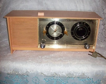 Vintage 1960s Sears Silvertone Orchid Pink Model 6035 Alarm Clock AM Tube Radio Only 40 USD