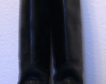 Black english riding boots.