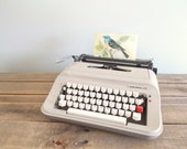 Underwood 319 Portable Beige Typewriter with Hard Shell Case