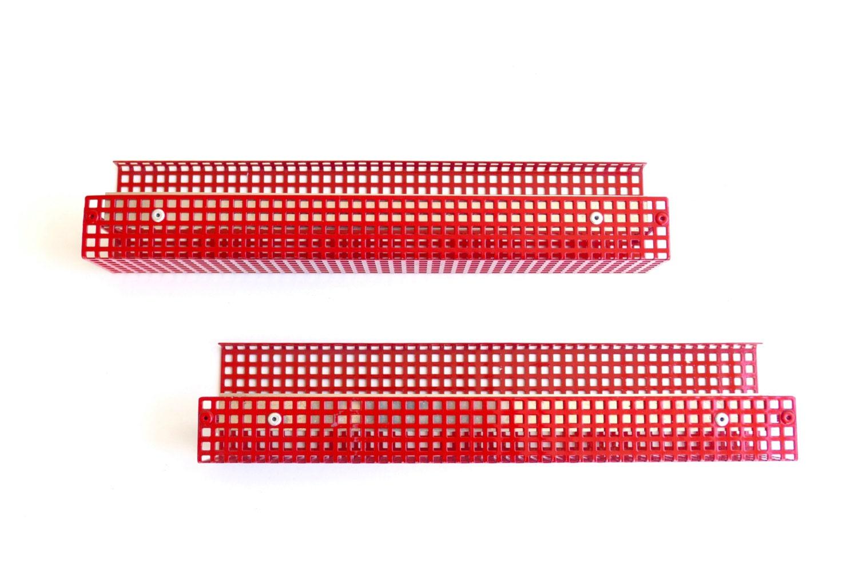 petite tag re murale en m tal perfor rouge pour rouleau de. Black Bedroom Furniture Sets. Home Design Ideas