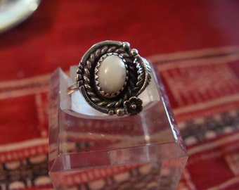 Vtg Sterling Silver Mother of Pearl Native American Ring Size 4.5 Navajo