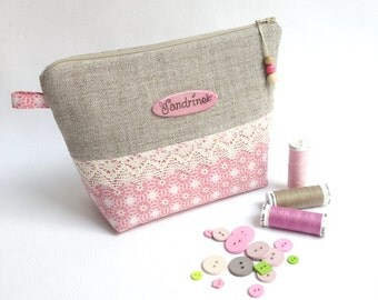 Shabby chic personalized makeup pouch / Romantic cosmetic zipper bag / Plate with name /Natural beige linen, ecru lace, pink cotton fabric