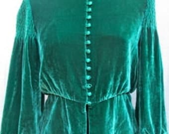 On Hold for millidiamant VINTAGE Green SILK VELVET Blouse with 9 buttons on each sleeve.