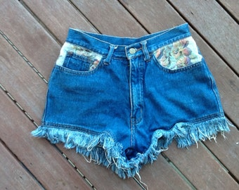 VINTAGE highwaisted 8-10 tapestry denim freyed / festival / boho shorts