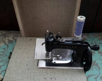 Vintage Singer sewing machine- WORKS!