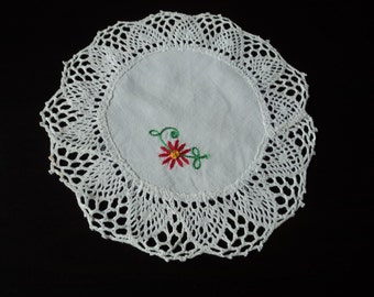 Vintage French embroidered white cotton and lace doily (03338)