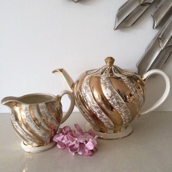 how to clean a teapot