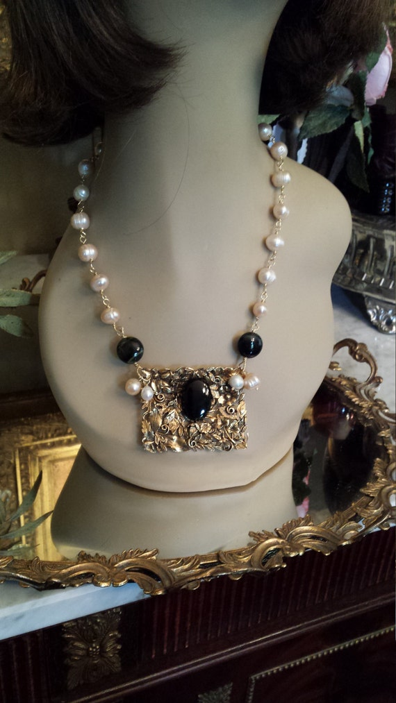 Freshwater pearl necklace with vintage center drop
