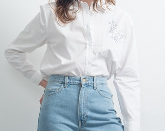 """White shirt straight cut with original design hand embroidered """"expectation"""""""