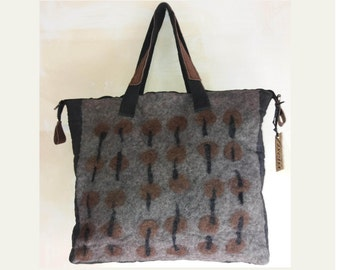 Original felt bag entirely handmade, light and durable, combines creativity and an unusual set of materials.