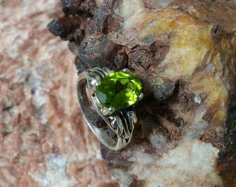 Natural 2carat peridot ring leaf natural accent ring solid sterling silver size 5-11 availible 8x6mm oval arizona peridot olivine ring