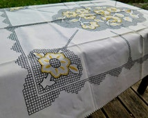 Linen tablecloth with floral embroidery - Vintage