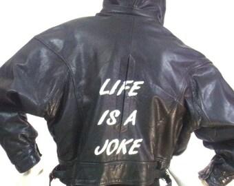 """Blouson cuir à capuche peint main Motif """"Life is a joke"""" Taille T1"""