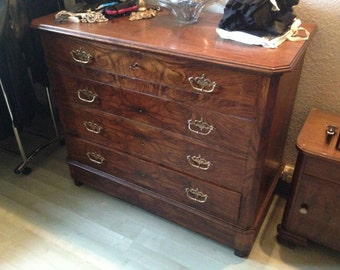 Very nice old chest of drawers in solid wood and veneer (fully restored)