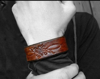 Bangle / Cuff / leather bracelet -- handmade out of brown leather -- Vintage Boho