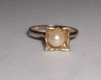 Vintage 1960's Adjustable Pearl/Gold Ring