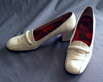 Vintage White Pumps, Pucci Style Lining, 1960s Mod, Size 7M