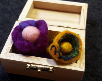 Brooch Little Horn-Gold (felt with silk)