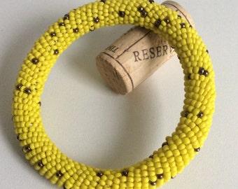 Armreif aus gelben Massai-Perlen