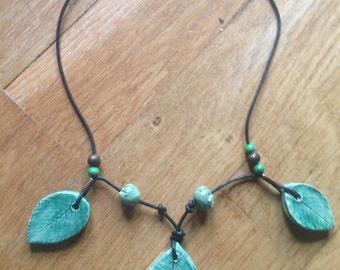 Collana in ceramica con foglie/ Clay necklace with leaves