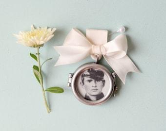 Remembrance locket, DIY Bouquet photo charm, Frame photograph locket, wedding keepsake, bridal accessory, circle ribbon bouquet pin