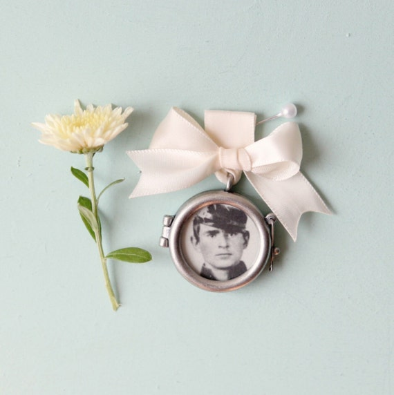 Remembrance locket, Bouquet photo charm, Frame photograph locket, wedding keepsake, bridal accessory, circle ribbon bouquet pin
