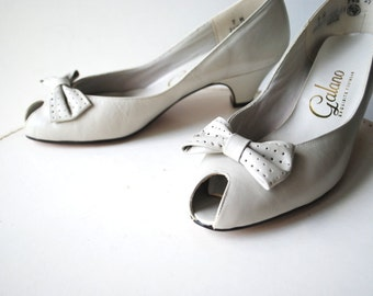 Classy  vintage 80s pastel grey pumps with open peep and a bow. Made by Galano. Size 7 m.