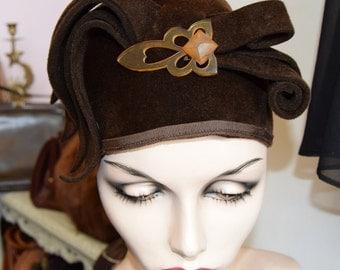 Art Deco 1920's Brown Felt Cloche with Bakelite Clip