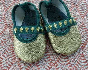 Vegan Baby shoes in gold cactus