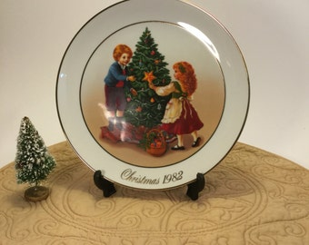 """Vintage 1982 Avon CHRISTMAS MEMORIES Plate Series 2nd Edition """"Keeping the Christmas Tradition"""""""""""