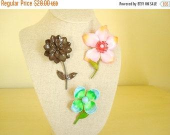 Enamel flower pin, 1 vintage flower brooch, costume jewelry, pink dogwood, brown zinnia, blue green primrose, mod fashion, stocking stuffer