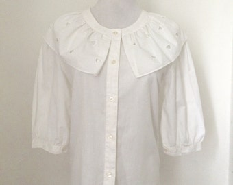 Vintage 1980s white cape collar blose / vintage eighties ruffled cotton-blend blouse - small