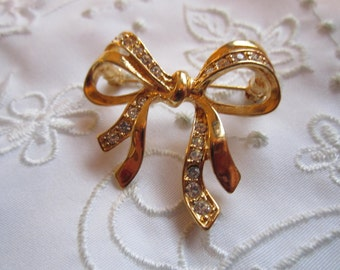 Vintage Gold Tone Small Ribbon and Bow Brooch with Clear Rhinestones
