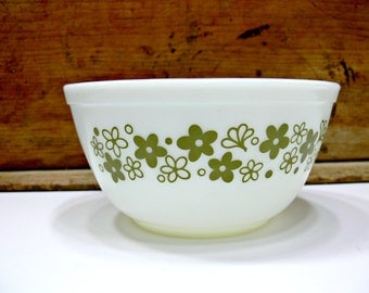 Vintage Pyrex White and Avocado Green Mixing Bowl - Spring Blossom Crazy Daisy 402 1.5 Qt 1970s