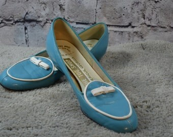 vintage 1980s The Tog Shop sky blue white bow slip on loafers USA