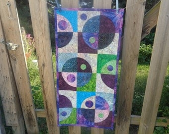 Circle Quilt, Batiks Crazy Curves, Quilted Table runner, My Universe Batik 0825-04