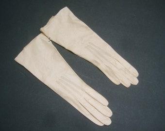 Stylish Kidskin Pale Beige Gloves Made in France c 1960