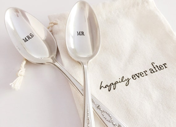 paire de sur mesure à la main « MR & MRS » estampillé cuillères de mariage