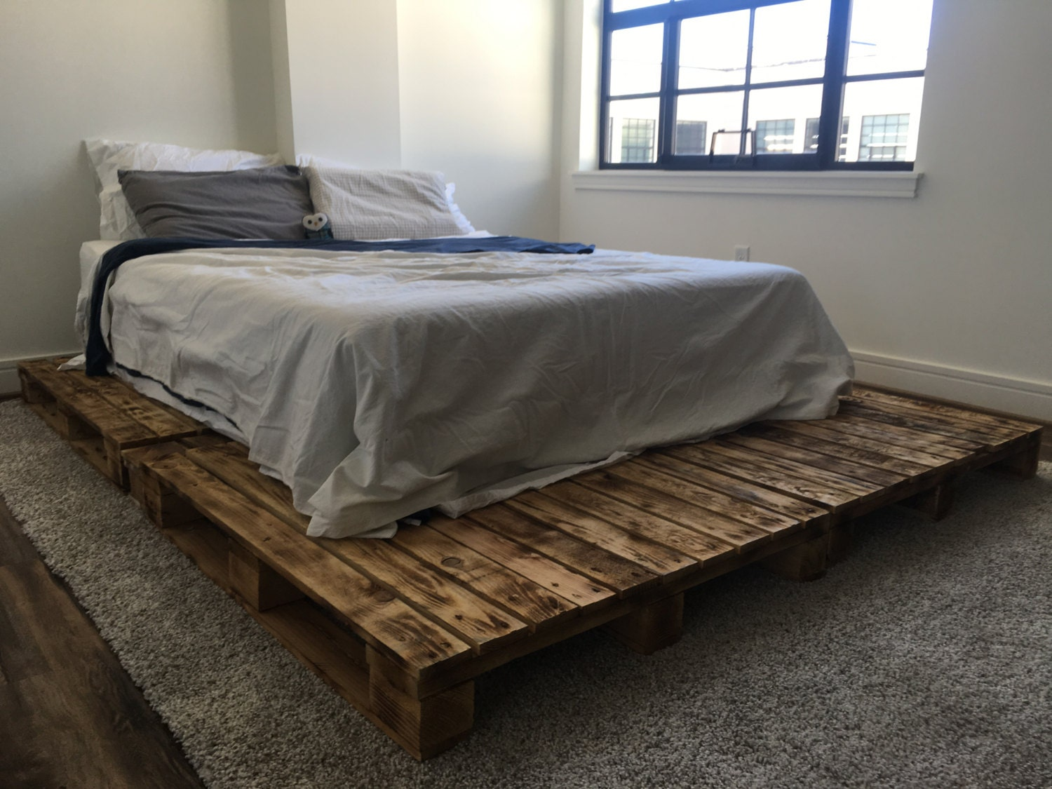 pallet platform bed available in queen king full twin size. Black Bedroom Furniture Sets. Home Design Ideas