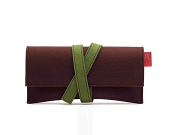 Brown felt pochette with contrast green closure band, genuine vegan felt made in Italy.